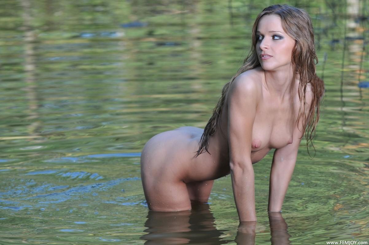 Телки на озере 8 фотография