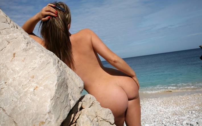 Задницы на пляже видео