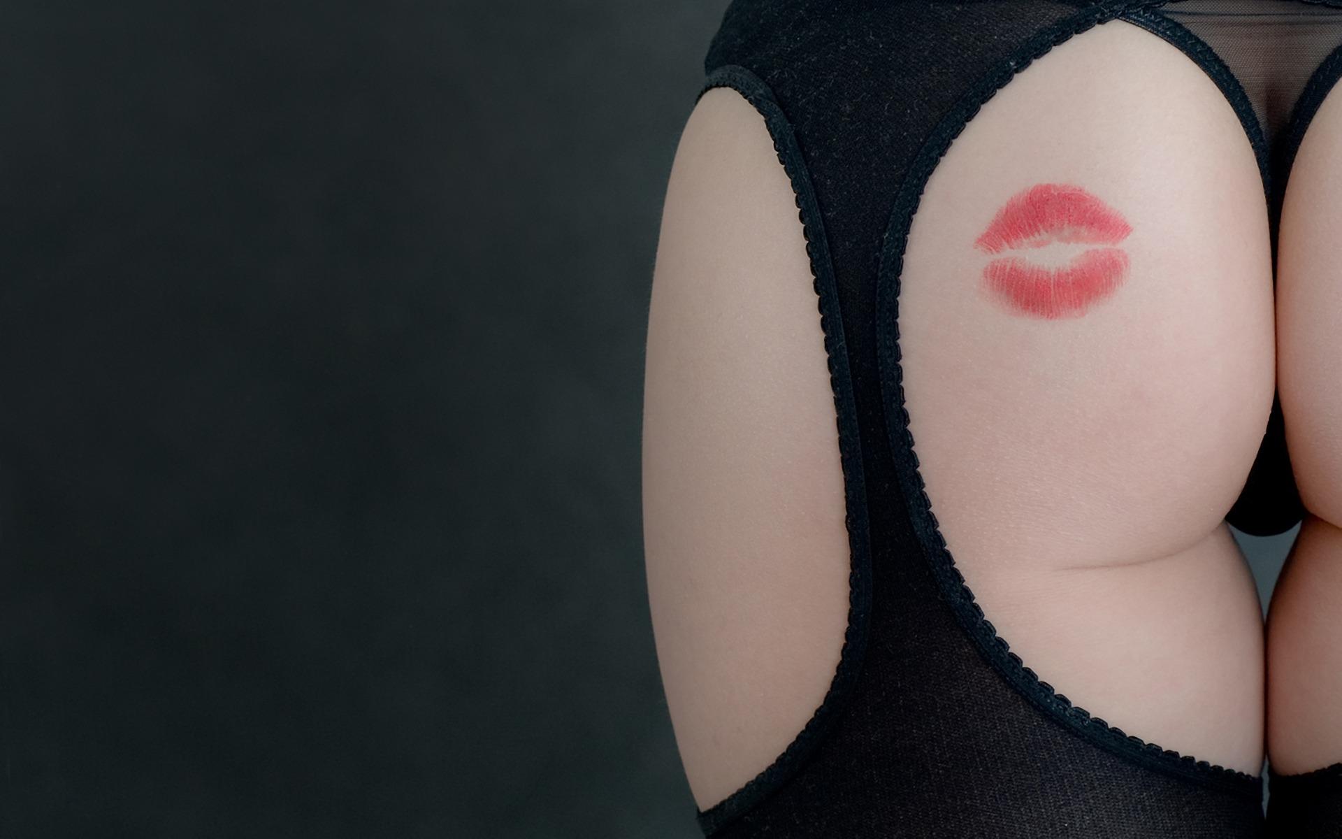 Поцелуи женской задницы 11 фотография