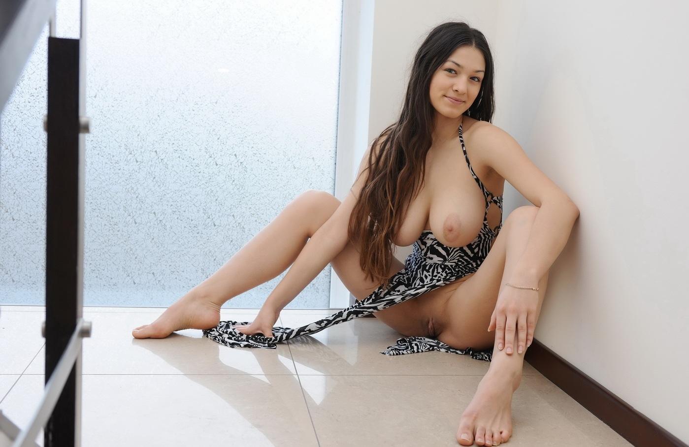 Красивая девушка сексуально раздевается