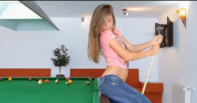 девушки играют в бильярд на раздевание