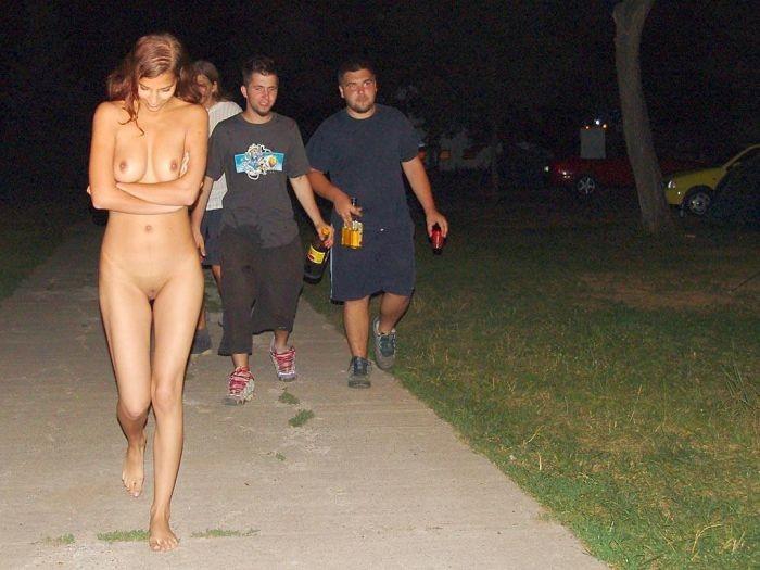 Видео обнаженных девушек на улице