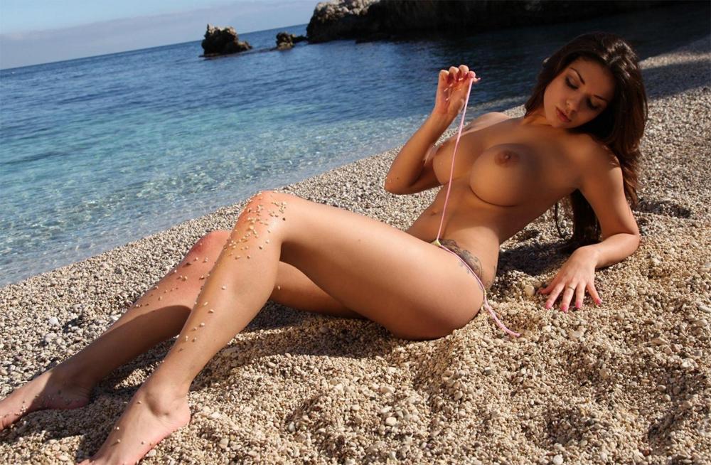 Обнаженка красивая на берегу моря