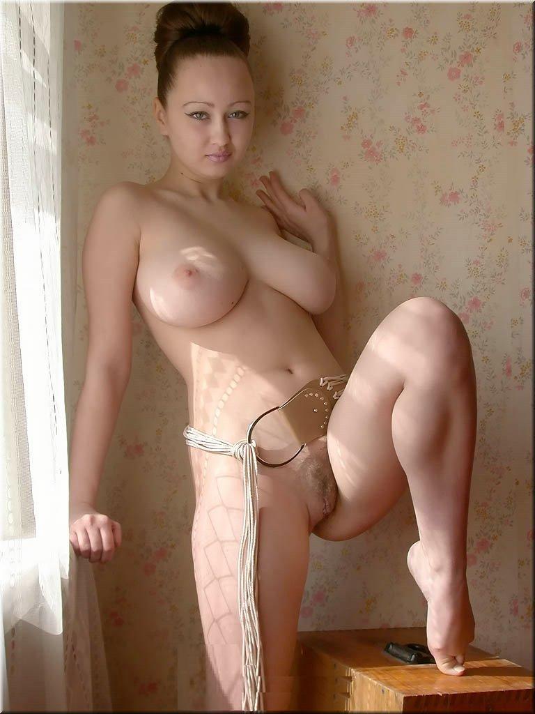 lyubitelskie-porno-foto-grudey-ebutsya-na-perekure