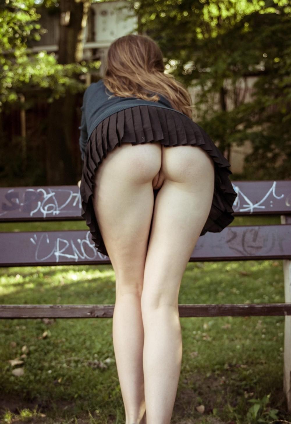 Попки голые под юбкой