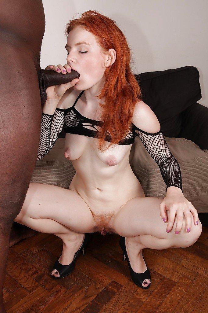 Рыжая проститутка из Азии ебется в письку