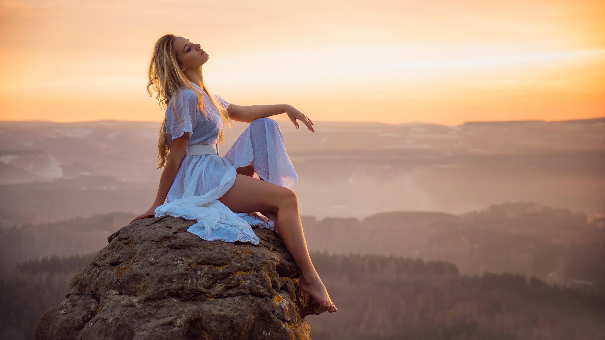 У сидящей девушки красивые ноги 13 фотография
