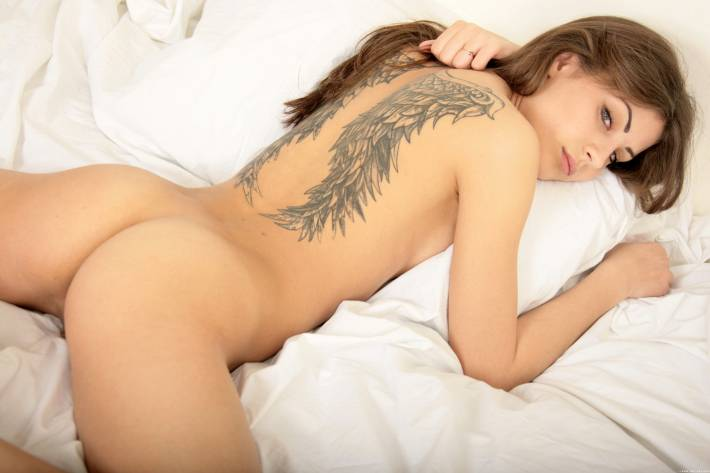 Порнозвезда с татуировкой крыльев
