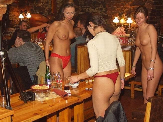 видео голый стриптиз в баре странно