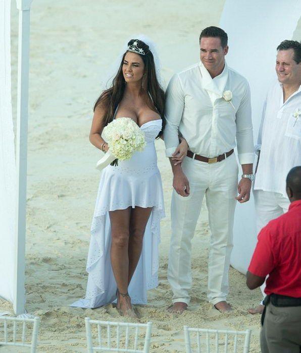 Кэти Прайс Katie Price с голой грудью на пляже в