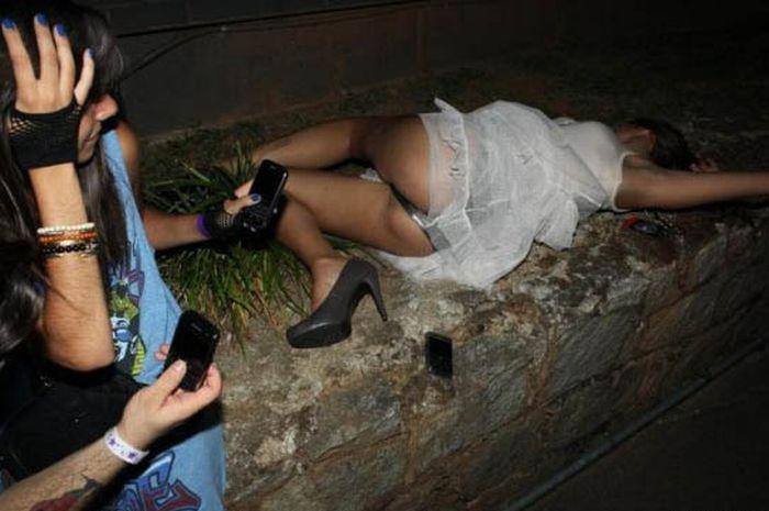 девушка трахает пьяную подругу