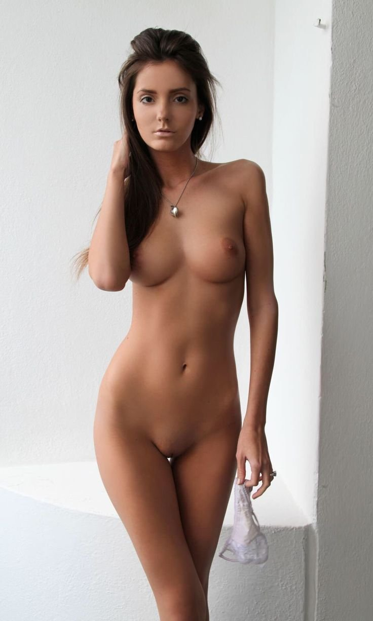 naked-sexy-young-athletic-brunette