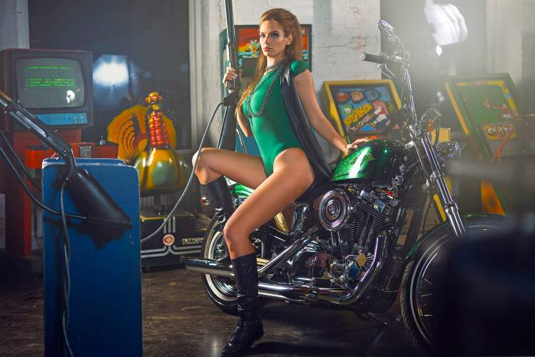 Обои Catherine Epikhina, Model, Legs, Beauty, Green, Top, Gun, Motocycle, Slots, View на рабочий стол