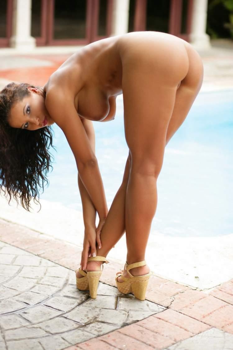 Госпожи на высоких каблуках мучает раба порно галерею показать выходит улицу