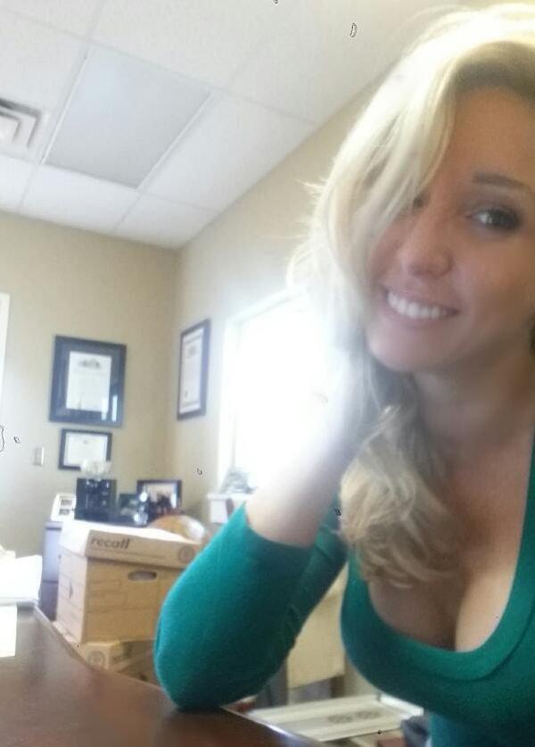 селфи девушки на работе в офисе без лица