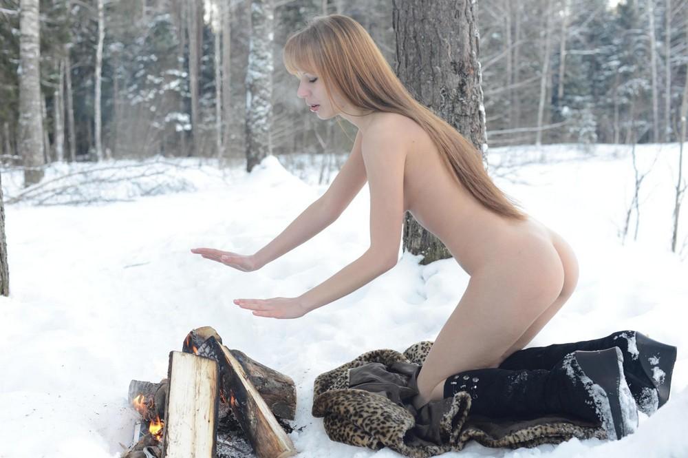 В лесу зимой голышом