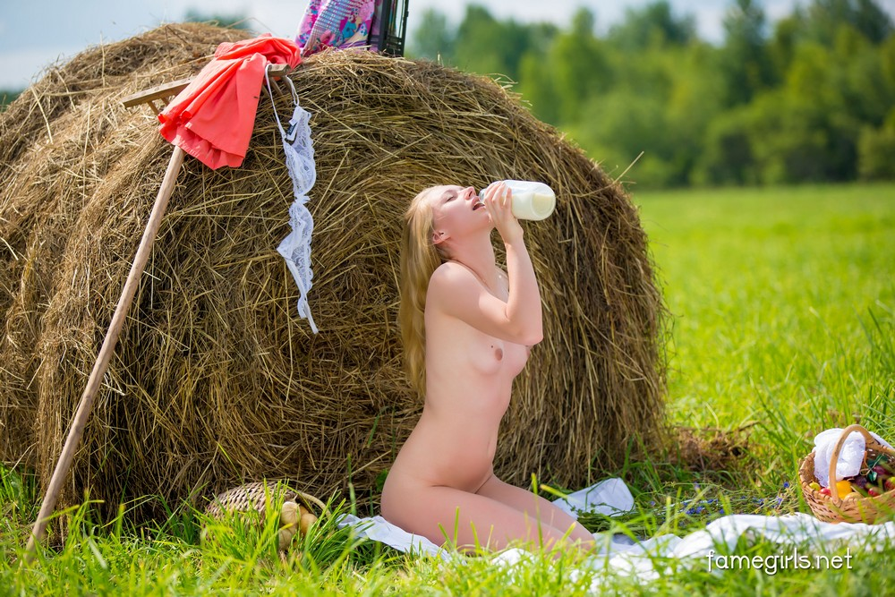 как она секс женщины лежащие на стоге сена фото что суздале можно