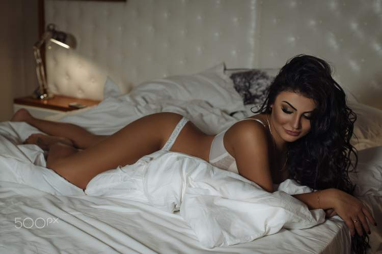 Обои women, white lingerie, in bed, smiling, black nails, necklace, tanned, lamp, Roma Chernotitckiy, lying on front на рабочий стол