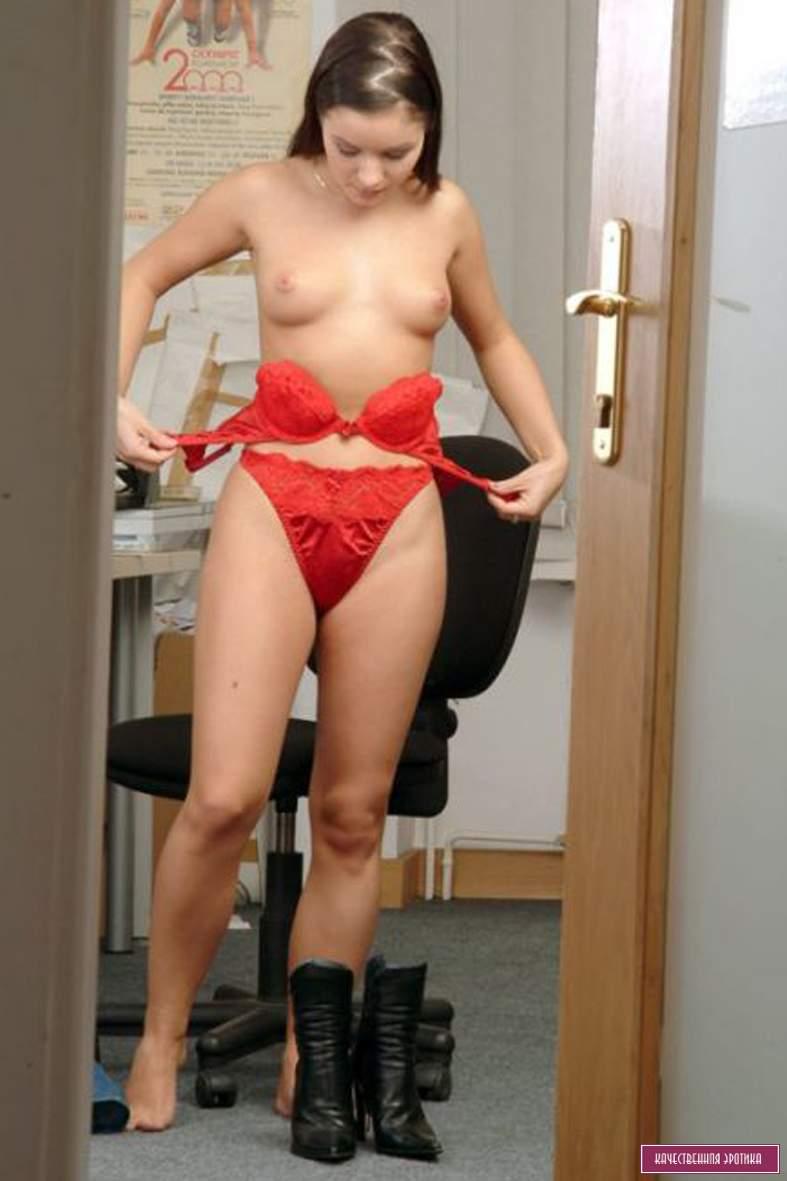 женщина переодевается голой - 9
