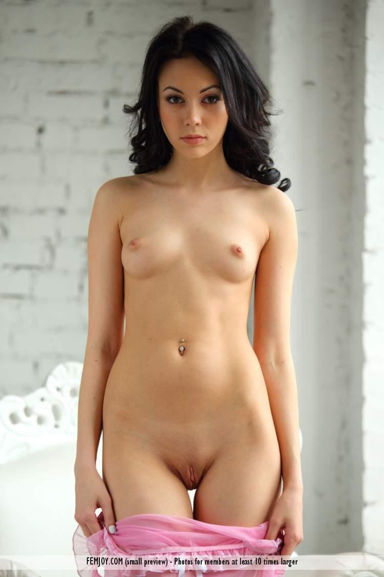 porno-foto-zhenshin-bryunetok-s-nebolshimi-siskami-lyubitelskoe-chastnoe-masturbatsiya-porno