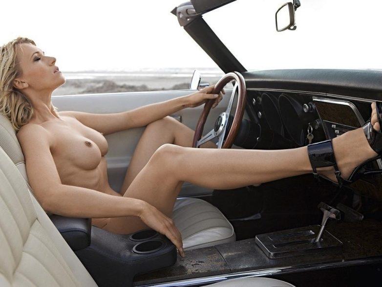 мне голенькие в машине на фото достают